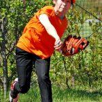 U18のベンチの女性は誰?オレンジのキャップにポロシャツで選手と距離感が近い!